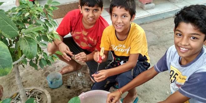 पार्थ, आमिर और माधव बोतलें साफ कर रहे हैं। क्रिकेट खेलते से उब गए और आये और पूछा कि क्या हम कुछ मदद कर सकते हैं